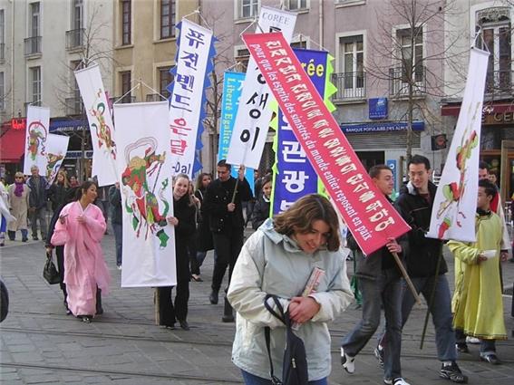 2005년 제 4회 그르노블 한국설날 페스티벌 '퍼레이드' 그르노블 시가.